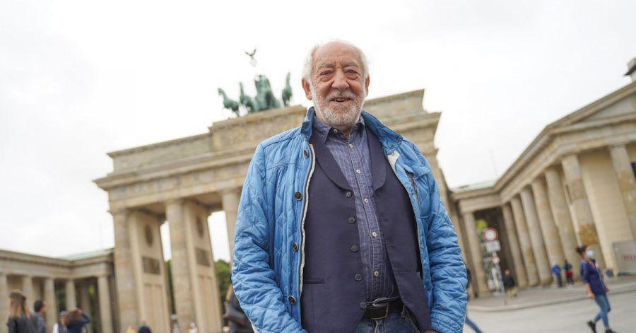 Noch 100 Tage bis zur Party - Dieter Hallervorden vor dem Brandenburger Tor.