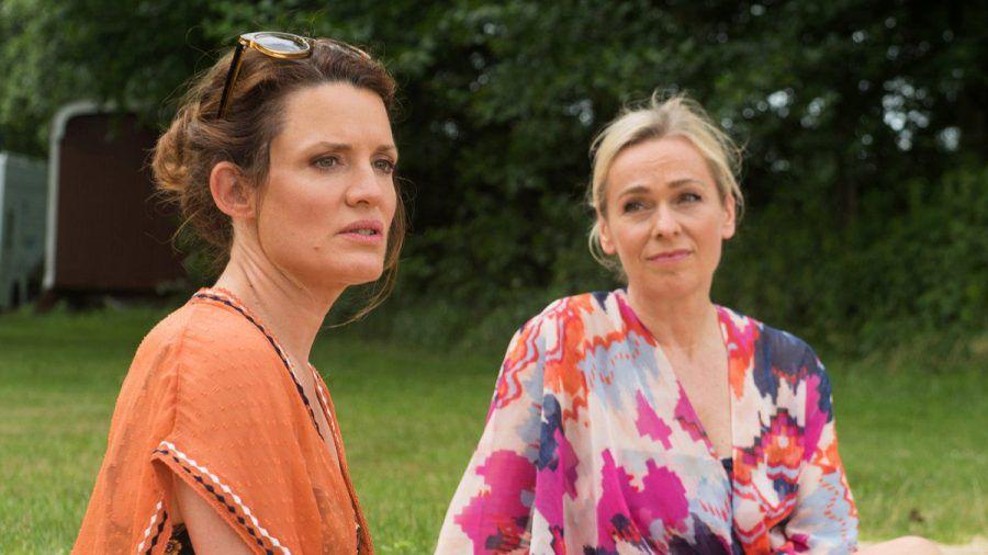 """""""Rote Rosen"""": Tatjana (l.) behauptet gegenüber Mona, dass Paul keine Option mehr für sie ist. (cg/spot)"""