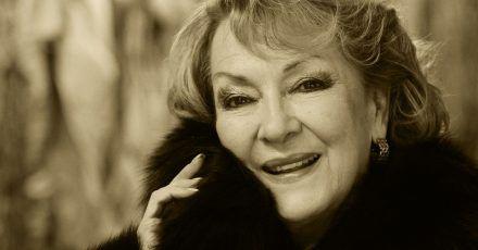Die Sopranistin und Kammersängerin Karan Armstrong  steht im Kostümfundus der Deutschen Oper.
