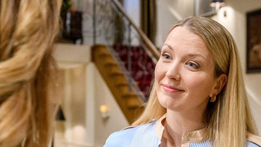 """""""Sturm der Liebe"""": Selina (r.) vermutet, Ariane habe etwas mit Eriks mildem Urteil zu tun. (cg/spot)"""