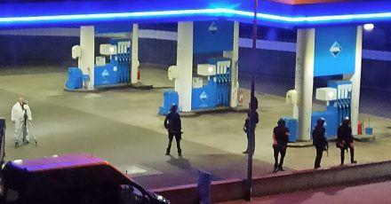 Polizisten sichern die Tankstelle, an der ein Angestellter von einem bewaffneten Mann erschossen wurden.