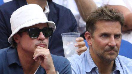 Die Freunde Bradley Cooper (l.) und Brad Pitt beim US-Open-Finale in New York City. (smi/spot)