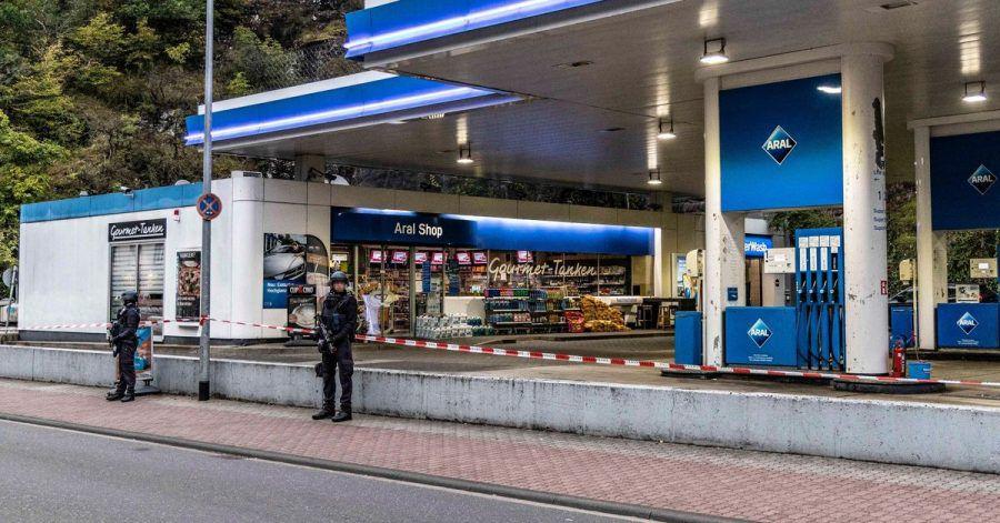 Polizisten sichern am frühen Morgen die Tankstelle, in der ein 49-Jähriger einem 20 Jahre alten Verkäufer in den Kopf geschossen haben.