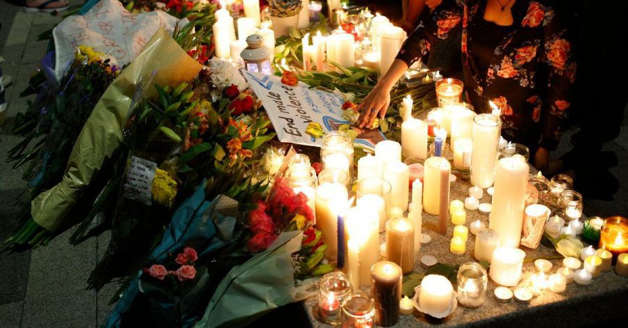 Bürgerinnen und Bürger in Londson nehmen an einer Mahnwache zum Gedenken an die getötete Lehrerin teil.