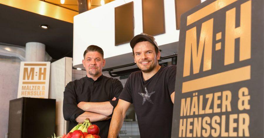 Die Hamburger Köche Tim Mälzer (l) und Steffen Henssler haben ihre erste gemeinsame Primetime-Show auf Vox.