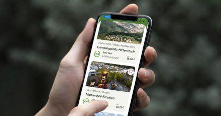 Die App «Camping.info» soll Urlaubern die Buchung eines Campingplatzes erleichtern. Sie zeigt die Verfügbarkeit von 23.000 Campingplätzen in Europa an und Nutzer können direkt buchen.