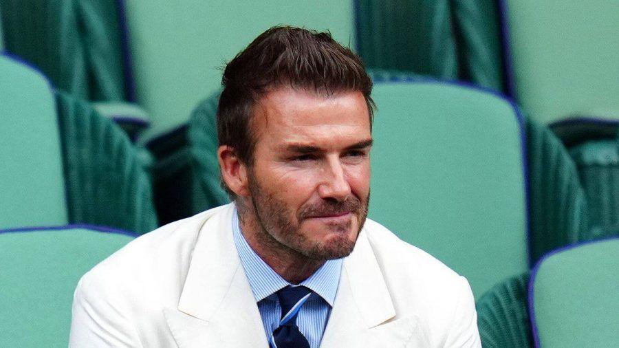 ... und David Beckham trägt Lippenstift auf