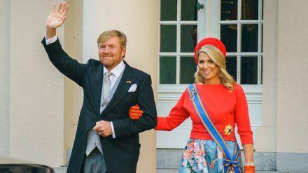 König Willem-Alexander und Königin Máxima auf dem Weg in die Grote Kerk. (eee/spot)