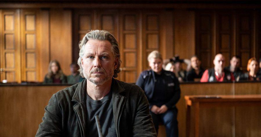 Jochen (Dirk Borchardt) ist sich sicher, wer die Täter sind - Szene des Krimi  «Die Jägerin – Nach eigenem Gesetz».