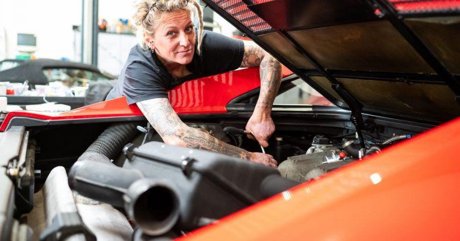 Tanja Trautmann arbeitet an einem Sportwagen.