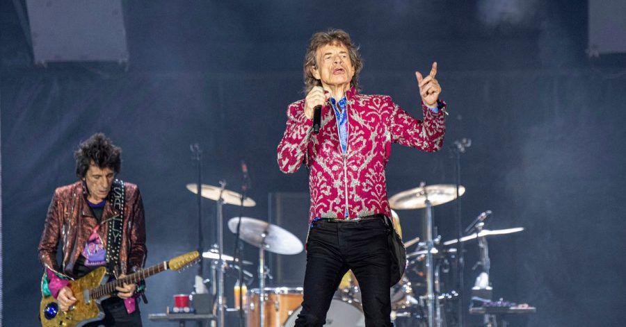 Ronnie Wood (l) und Mick Jagger - Bei ihrem ersten Bühnenauftritt seit dem Tod von Charlie Watts haben die Rolling Stones ihres gestorbenen Schlagzeugers gedacht.
