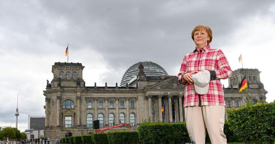 Die Wachsfigur von Bundeskanzlerin Angela Merkel (CDU) vor dem Reichstagsgebäude in Berlin.
