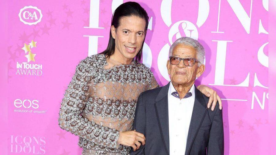 Jorge González mit seinem Vater bei einer Award-Verleihung 2016. (jom/spot)