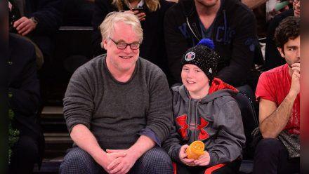 Philip Seymour Hoffman 2013 mit seinem Sohn Cooper bei einem Basketballspiel im New Yorker Madison Square Garden. (smi/spot)