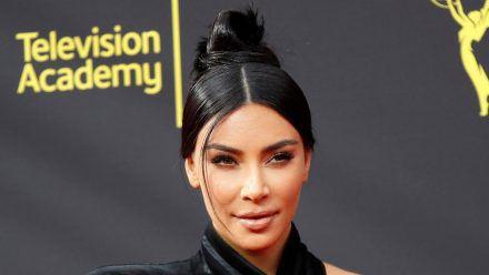 Kim Kardashian leidet mit ihrem Sohn Saint, der sich den Arm gebrochen hat. (wue/spot)