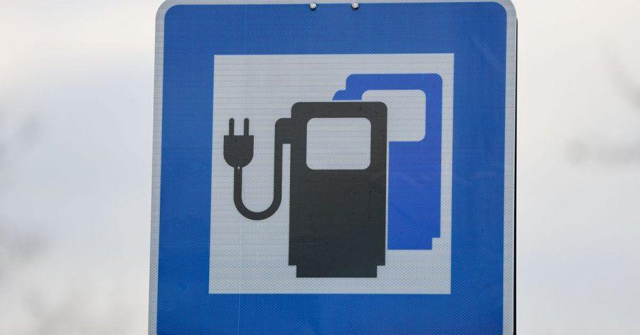 Die Kreditwirtschaft pocht auf offene Bezahlsysteme an öffentlichen Ladesäulen für E-Autos.