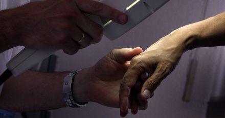 Manchmal können Tätigkeiten im Job ein Handekzem verursachen. Das sollten Berufstätige in einer dermatologischen Praxis abklären lassen.