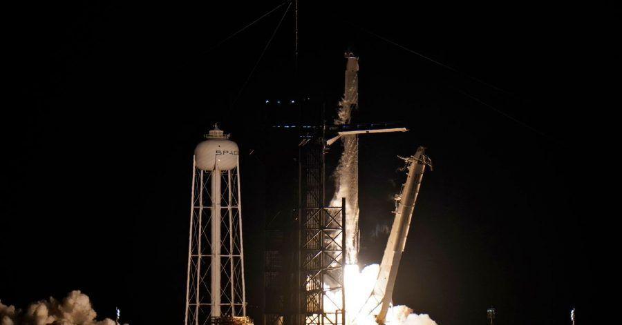 Eine SpaceX Falcon 9 Rakete mit vier Privatpersonen an Bord hebt von der Rampe 39A des Kennedy Space Centers ab.
