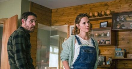 Jake (Jamie Sives, l) und Angie (Ruth  Bradley) in der Krimiserie «Guilt - Keiner ist schuld».
