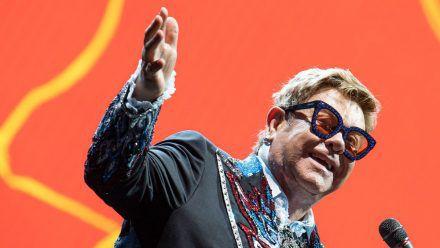 Elton John, hier während eines Auftritts in Italien, soll sich an der Hüfte operieren lassen. (wue/spot)