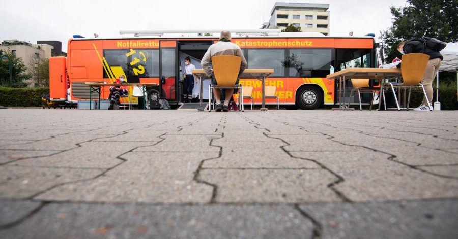 Ein mobiler Impfbus für Impfungen gegen das Coronavirus steht auf einem Supermarktparkplatz in der Region Hannover.