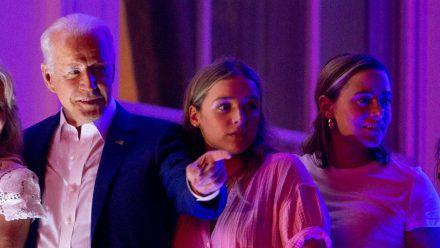 Joe Biden am Independence Day mit seinen Enkelinnen Naomi (r.) und Finnegan (M.). (smi/spot)
