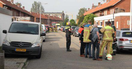 Polizisten und Rettungskräfte stehen am Tatort in Almelo.