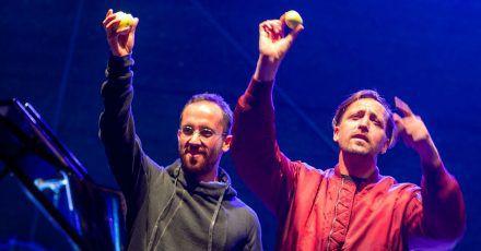 """Musiker Danger Dan (r) und Star-Pianist Igor Levit (l) spielen beim Konzert """"Jamel rockt den Förster""""."""