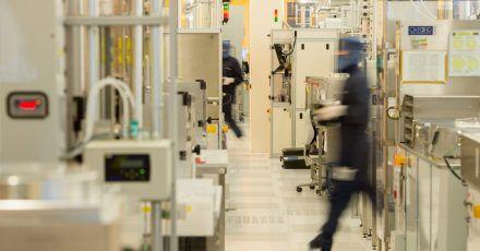 Ein Angestellter von Osram Opto Semiconductors geht durch einen Reinraum in der LED-Produktion im Osram-Werk in Regensburg.