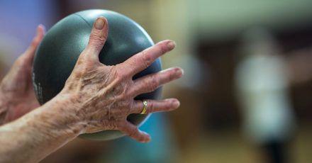 Ballspielen und dabei Singen: Das ist nur eine von vielen möglichen Dual-Task-Übungen.