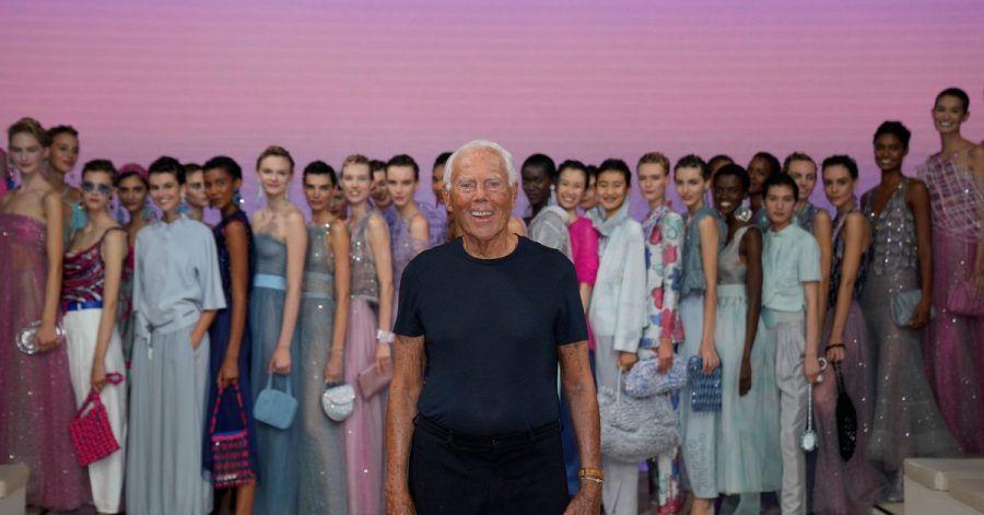 Giorgio Armani mit seinen Models nach der Show der Frühjahr-Sommer-Kollektion 2022