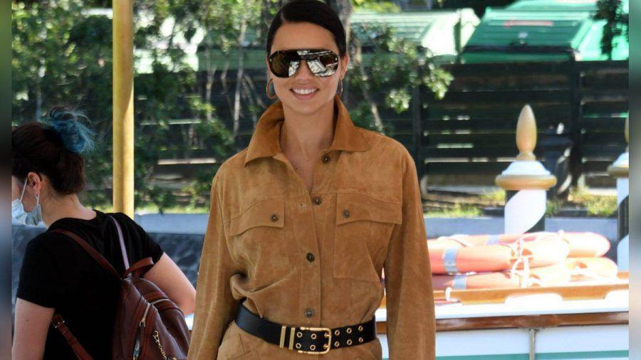 Adriana Lima im Overall in Venedig (mia/spot)