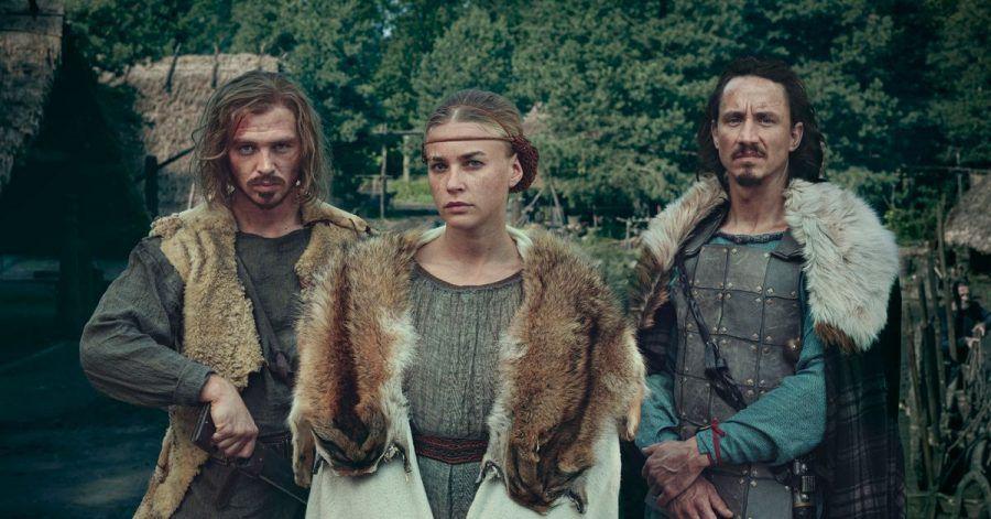 Die Hauptdarsteller der Serie: David Schütter (als Folkwin, l-r), Jeanne Goursaud (als Thusnelda) und Laurence Rupp (als Hermann).