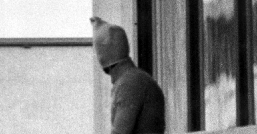 Ein vermummter arabischer Terrorist zeigt sich auf dem Balkon des israelischen Mannschaftsquartiers im Olympischen Dorf der Sommerspiele.