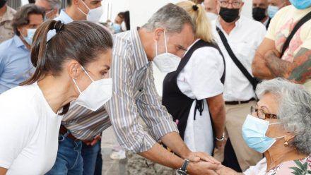 König Felipe VI. und Königin Letizia trösten die Opfer des Vulkanausbruchs auf La Palma. (stk/spot)