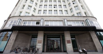 Das Gebäude mit der Hausnummer 1 in Berlins Torstraße hat eine lange Geschichte.