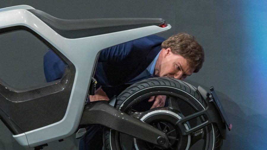 "Carsten Maschmeyer checkt das ""Novus""-Bike. (smi/spot)"