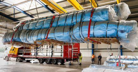 Stoffbahnen für die Verhüllung des Arc de Triomphe werden zum Transport auf einen Lastwagen verladen. Das Projekt des verstorbenen Künstlers Christo wird ab dem 18. September in Paris zu sehen sein.