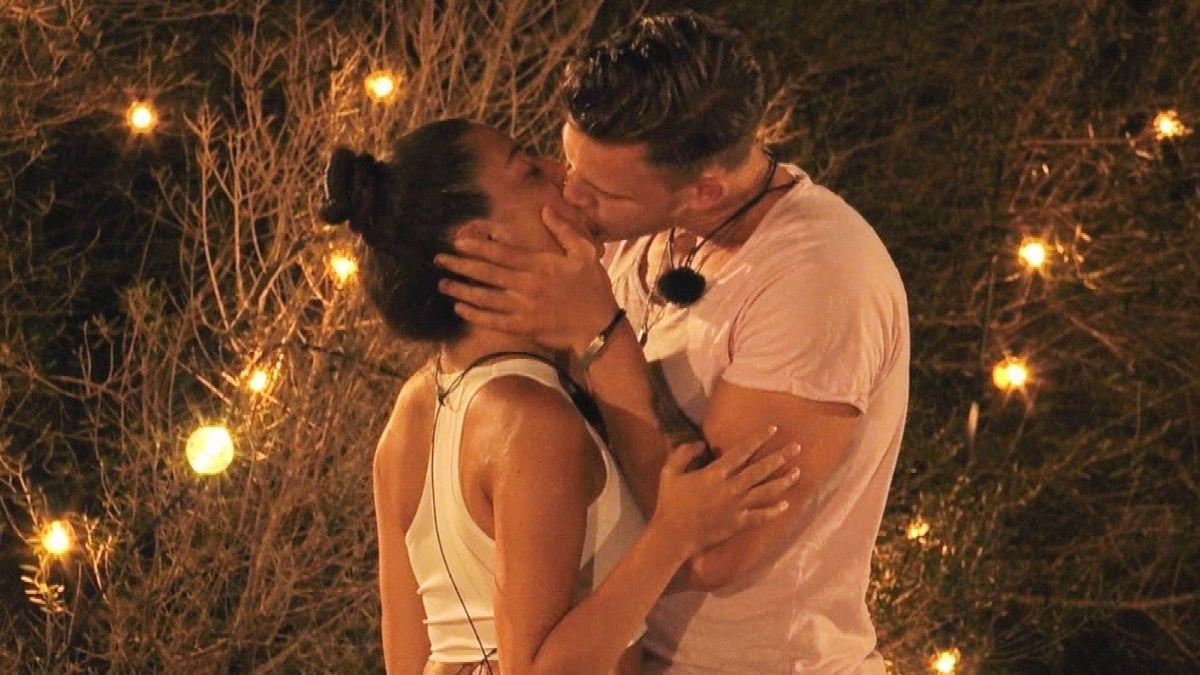 """""""Love Island"""" Tag 16: Der erste Kuss - hat Dennis endlich die Richtige gefunden?"""