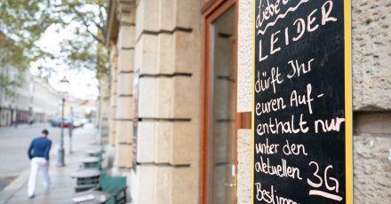 Eine Tafel vor einem Cafe in Dresden informiert Gäste über die 3G-Regel.