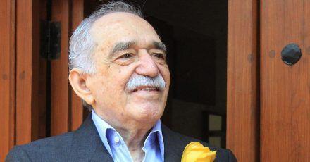 Der Schriftsteller Gabriel Garcia Marquez lächelt vor seinem Haus in Mexiko-Stadt. Mehr als sieben Jahre nach dem Tod des kolumbianischen Schriftstellers wird seine Garderobe veräußert.