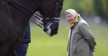 Queen Elizabeth betrachtet das Doppel-Weltmeister- Dressurpferd Valegro bei der Royal Windsor Horse Show 2019
