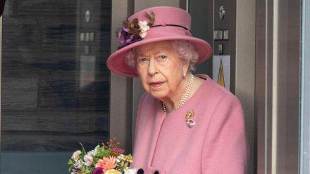 Nach einer abgesagten Nordirland-Reise hat die Queen eine Nacht in einem Krankenhaus verbracht. (wue/spot)