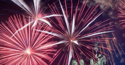 Ein Feuerwerk während Deutschlands größter Silvesterparty hinter dem Brandenburger Tor.