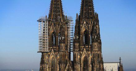 Die Westfassade des Kölner Doms mit dem Baugerüst.