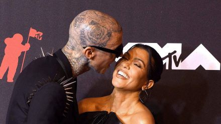 Travis Barker und Kourtney Kardashian im September 2021 bei den MTV Video Music Awards. (smi/spot)
