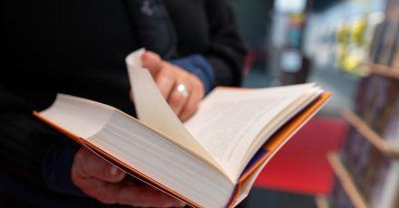 Zu wenig Papier - Verlage fürchten, dass Bücher zu Weihnachten Mangelware werden könnten.