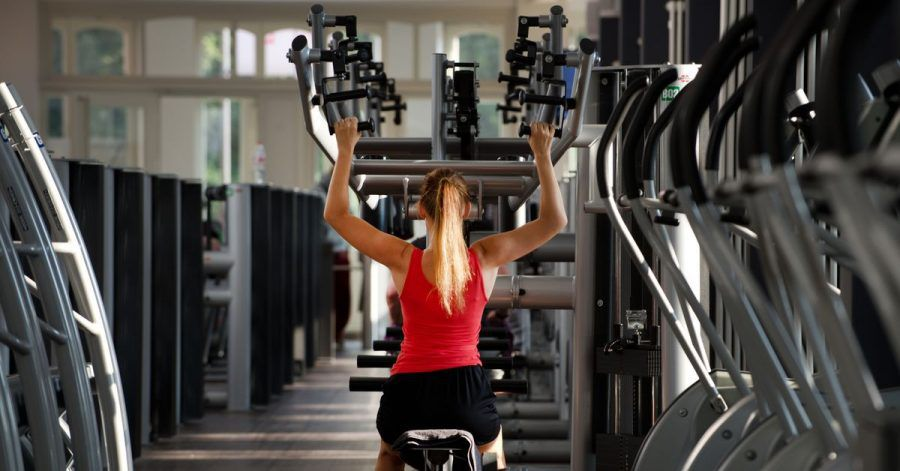 Trainingsgeräte «führen» die Bewegung, was das Risiko von Fehlern während der Übung senkt.