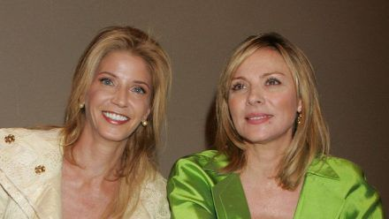 """Candace Bushnell (l.) mit """"Sex and the City""""-Star Kim Cattrall. (smi/spot)"""