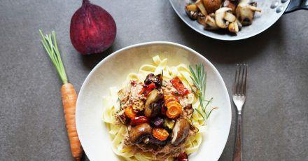 Ofengemüse aus Karotten, Rote Bete, Sellerie, Paprika und Zwiebeln bleibt so lange im Ofen, bis es schön weich ist, aber noch etwas bissfest.